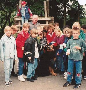 Günter und Emmi Apfel in mitten von Kindern