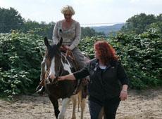 Maklerin Sandra Owoc mit ihrer Kundin und Reiterin Nicole Pütz