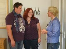 Maklerin Sandra Owoc mit ihren Kunden Nicole Pütz und Thomas Bannenberg